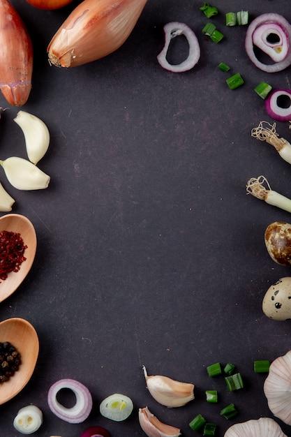 Vue De Dessus Des Légumes Comme échalote Ail Oignon Oignon Oignon Sur Fond Marron Avec Copie Espace Photo gratuit