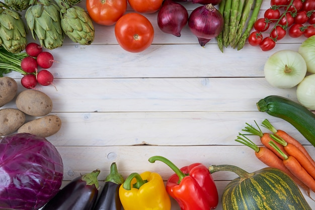 Vue de dessus des légumes crus pour des affiches et des menus de nourriture saine. Photo Premium
