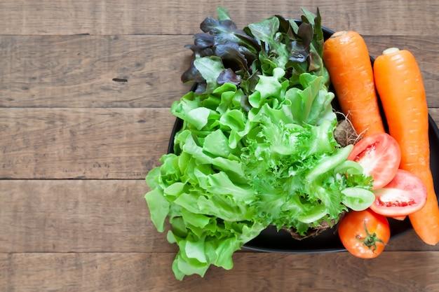 Vue de dessus de légumes frais et colorés sur une table en bois avec fond Photo Premium