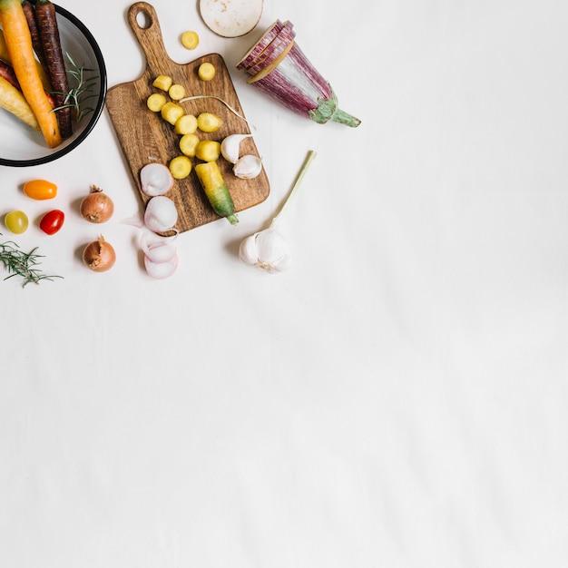Une Vue De Dessus De Légumes Frais Sur Fond Blanc Photo gratuit