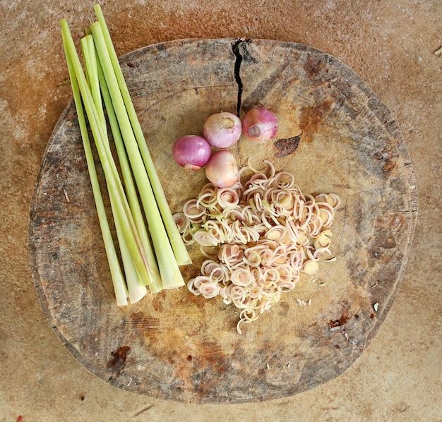 Vue de dessus des légumes en tranches sur un bloc de bois. Photo Premium