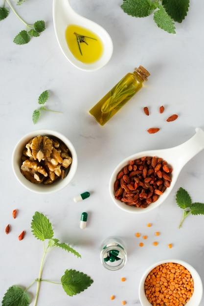 Vue De Dessus Des Lentilles Avec Des Baies De Goji Sur La Table Photo gratuit