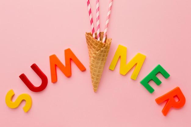 Vue De Dessus Lettrage D'été Avec Cornet De Crème Glacée Photo gratuit