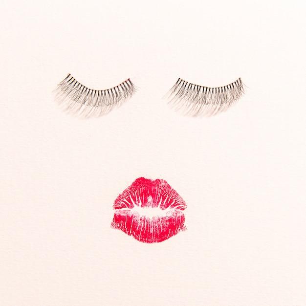 Vue de dessus des lèvres et des cils sur fond uni Photo gratuit