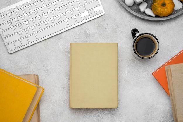 Vue De Dessus Des Livres Cartonnés Sur Le Bureau Avec Café Et Clavier Photo gratuit