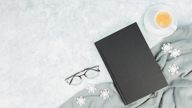 Vue de dessus des livres et des lunettes avec espace de copie Photo gratuit