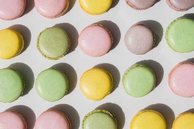 Une vue de dessus de macarons sur fond blanc Photo gratuit