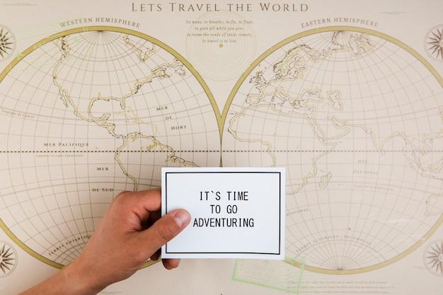 Vue de dessus main avec message positif sur la carte Photo gratuit