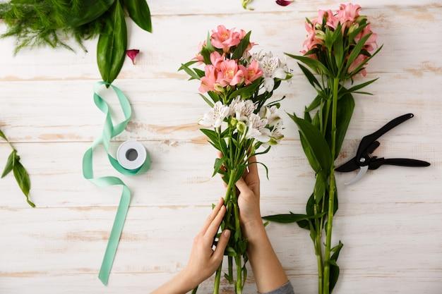 Vue De Dessus Des Mains De Fleuriste Faisant Le Bouquet Photo gratuit