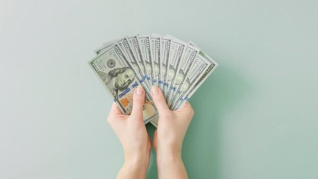 Vue De Dessus Des Mains Tenant De L'argent Photo gratuit