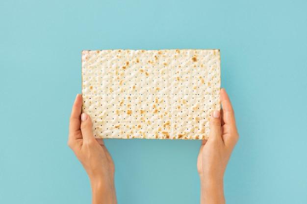 Vue De Dessus Des Mains Tenant Un Biscuit Juif Photo gratuit