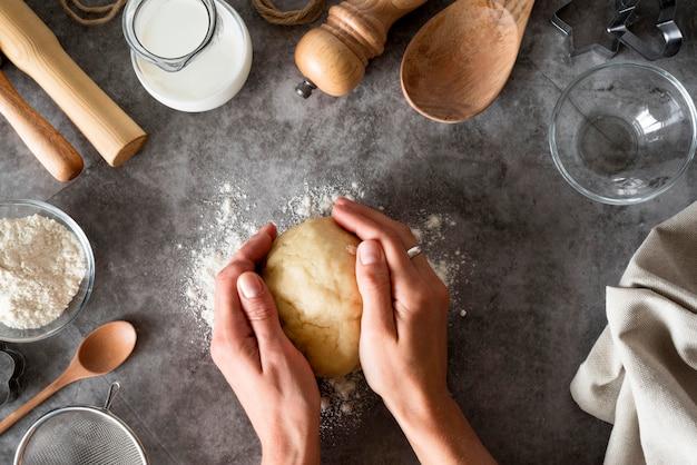 Vue De Dessus Mains Tenant La Pâte Sur Le Comptoir Photo gratuit