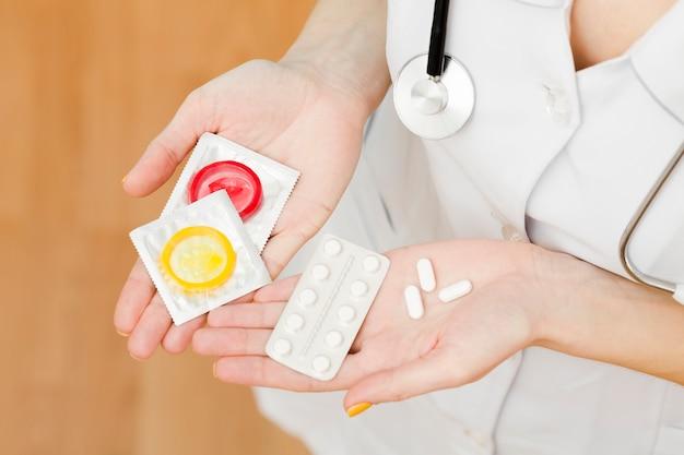 Vue De Dessus Médecin Détenant Des Options De Contraception Photo Premium