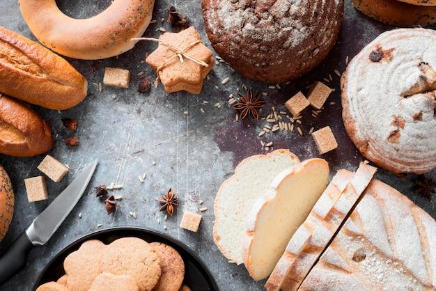 Vue De Dessus Mélange De Pains Et Biscuits Avec Des Cubes De Sucre Brun Photo gratuit