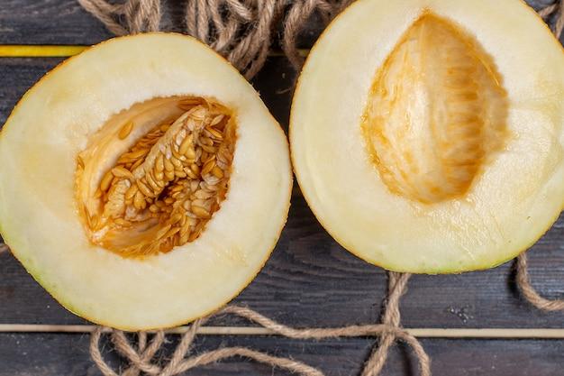 Vue De Dessus Melon Coupé En Tranches à Moitié Fruits Sucrés Sur Le Fond Brun Photo gratuit