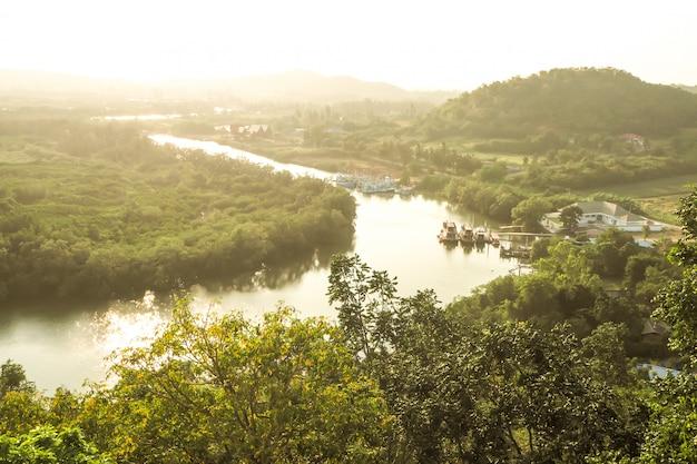 Vue de dessus de la mer de rivière et de la ville de la forêt tropicale et montagne en thaïlande Photo Premium