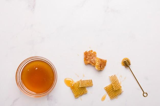 Vue de dessus miel avec des morceaux de nid d'abeille Photo gratuit