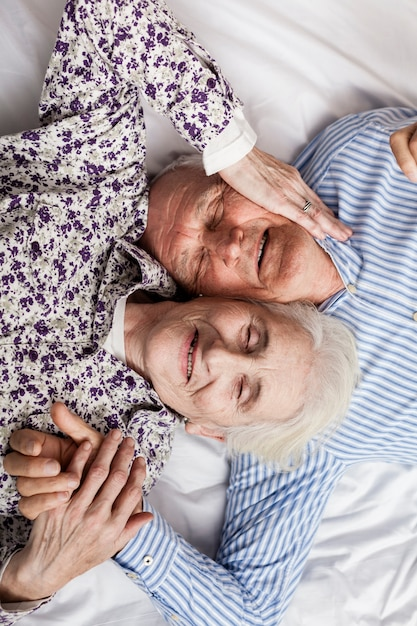 Vue De Dessus Mignon Couple De Personnes âgées Amoureux Photo gratuit