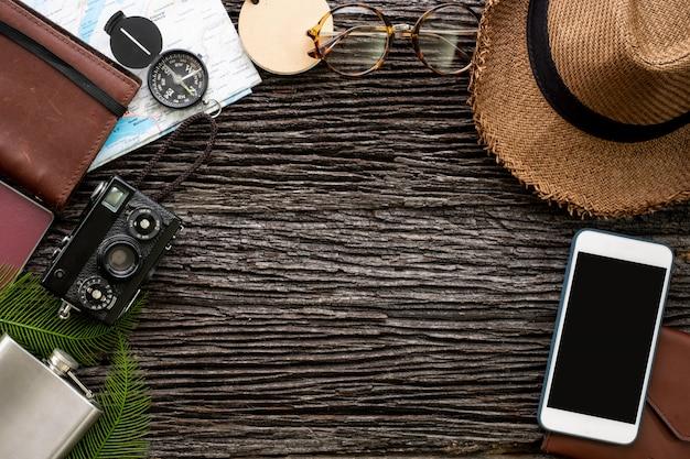 Vue de dessus mobile et objets d'explorateur voyageant avec un accessoire Photo Premium