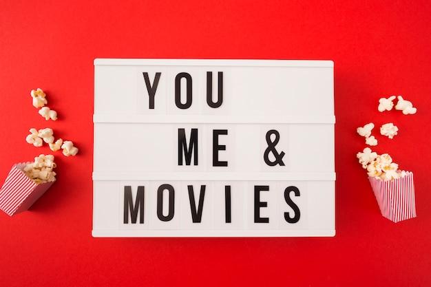 Vue De Dessus Moi Et Toi Lettrage De Cinéma Sur Fond Rouge Photo gratuit