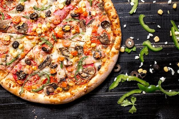 Vue De Dessus De La Moitié De La Pizza Au Pepperoni Avec Des Pépites De Sésame Photo gratuit