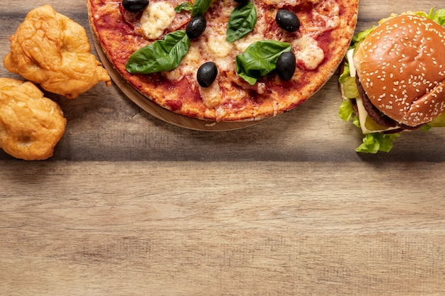 Vue de dessus avec moitié pizza et burger Photo gratuit