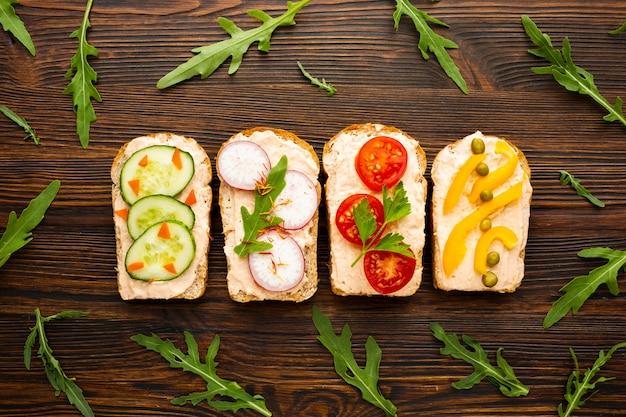 Vue de dessus des morceaux de pain avec des légumes Photo gratuit