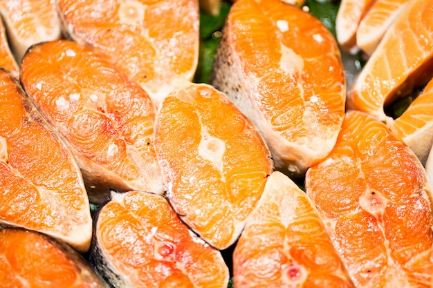 Vue de dessus des morceaux de poisson de saumon cru Photo Premium