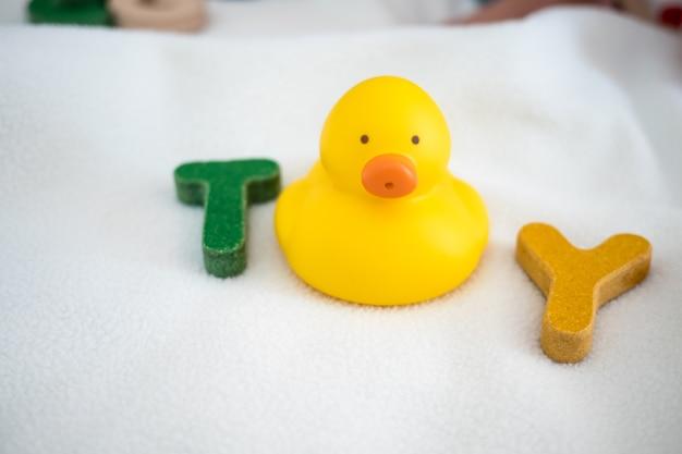Vue de dessus de mot en bois jouet texte sur couverture avec fond de kid et copie espace Photo Premium