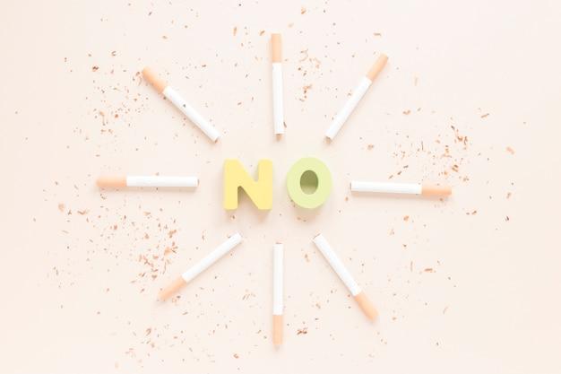 Vue de dessus mot coloré avec des cigarettes Photo gratuit