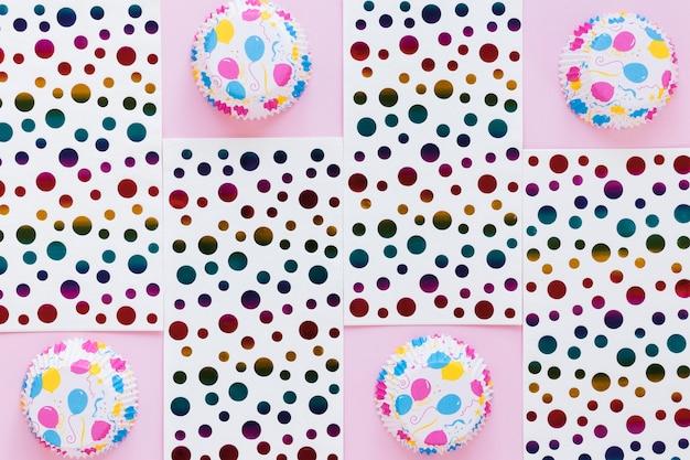 Vue De Dessus Des Moules à Muffins Et Du Papier à Pois Photo gratuit
