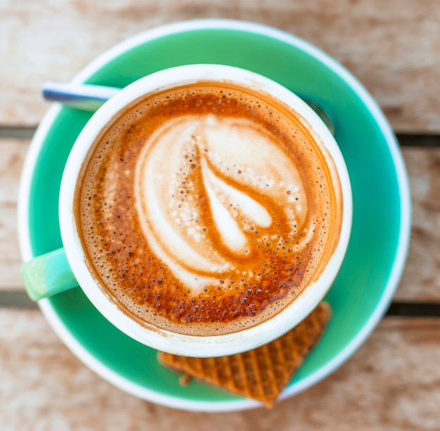 Vue de dessus de la mousse de forme de coeur art café au lait chaud Photo gratuit