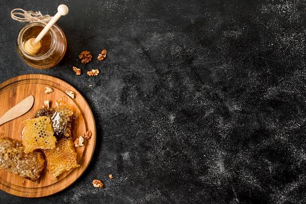 Vue de dessus nid d'abeilles avec pot de miel Photo gratuit