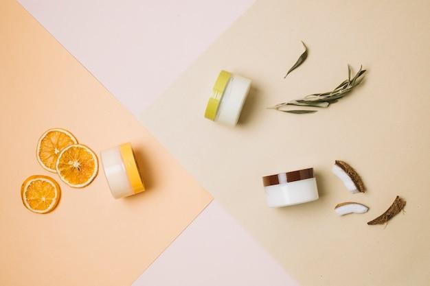 Vue de dessus noix de coco et produits d'orange Photo gratuit