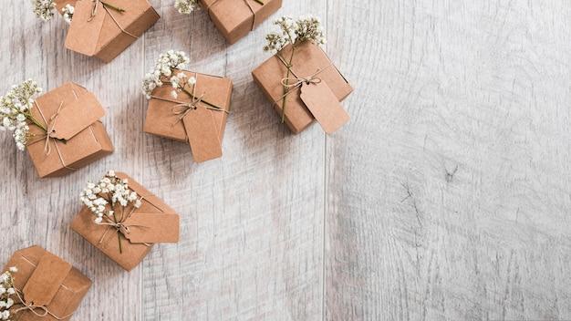 Une vue de dessus de nombreuses boîtes en carton cadeau sur fond texturé en bois Photo gratuit