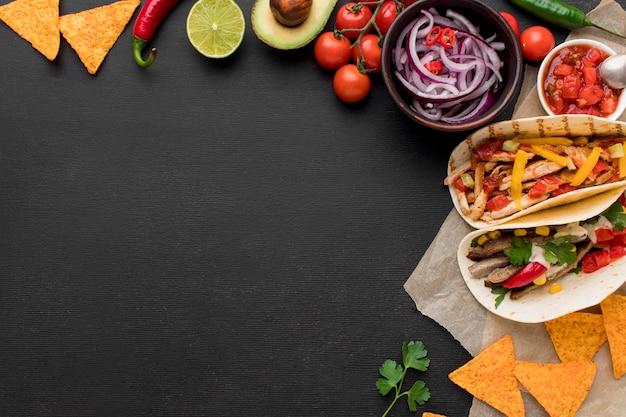 Vue De Dessus De La Nourriture Mexicaine Fraîche Avec Des Nachos Photo Premium