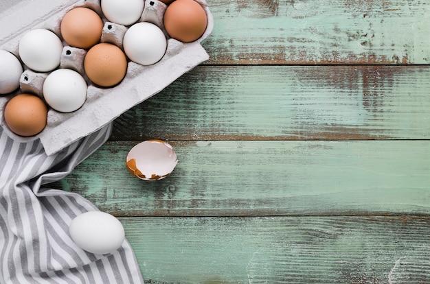 Vue De Dessus Des œufs Non Colorés Dans Un Carton Pour Pâques Photo gratuit