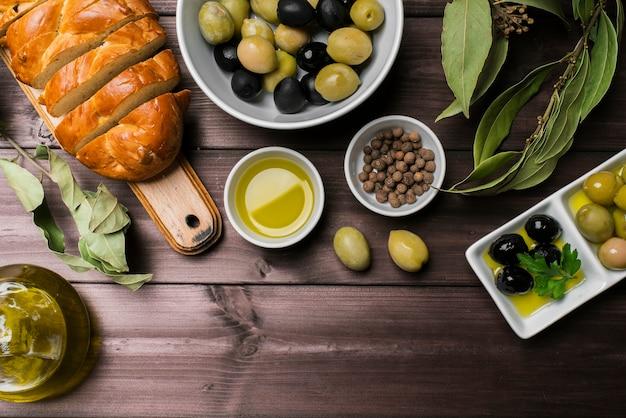 Vue de dessus des olives biologiques et du pain fait maison Photo gratuit