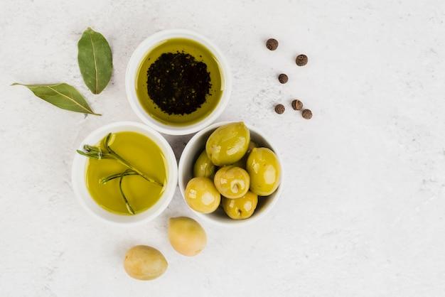 Vue de dessus olives biologiques et huile Photo gratuit