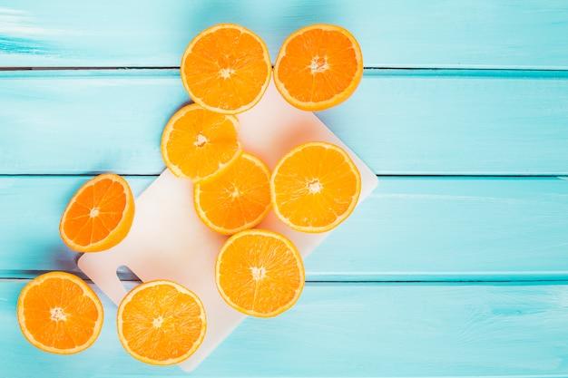 Vue de dessus des oranges sur fond en bois Photo gratuit