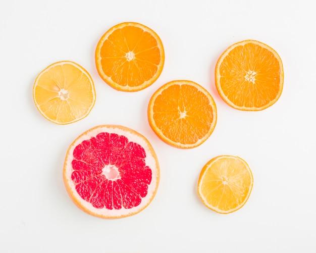Vue de dessus des oranges et des grenades Photo gratuit
