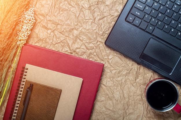 Vue de dessus d'un ordinateur, ordinateur portable, cahier, stylo, tasse de café et bureau style vintage Photo Premium