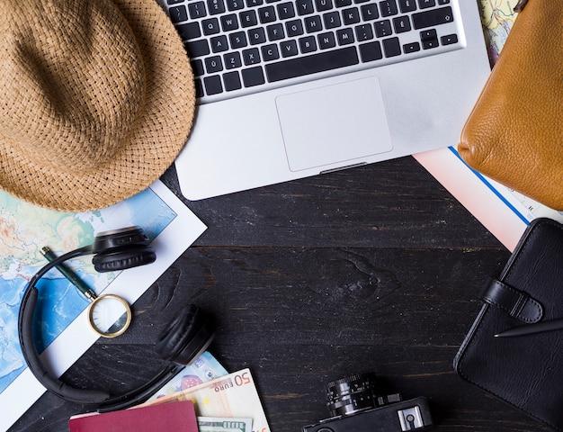 Vue de dessus ordinateur portable et accessoires de voyage Photo gratuit
