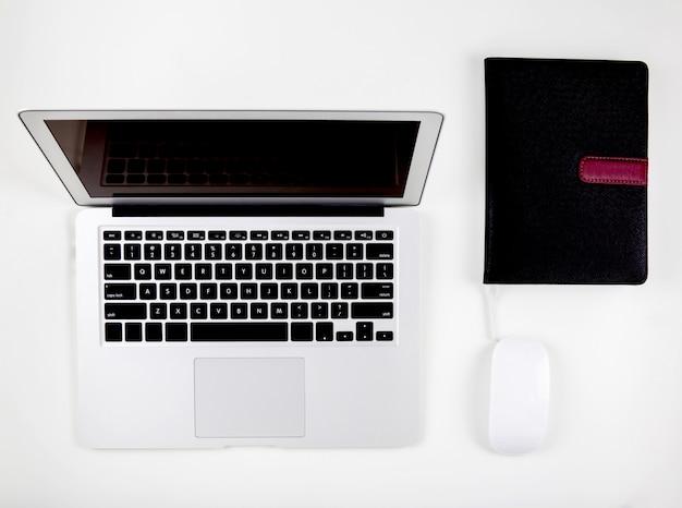 Vue de dessus d'un ordinateur portable avec moniteur à écran ouvert Photo Premium