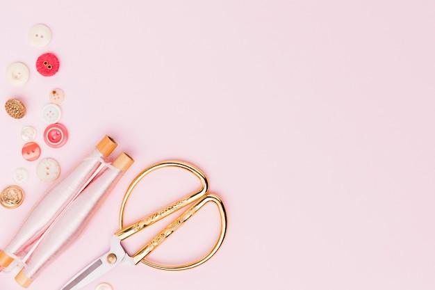 Vue de dessus des outils de couture à plat Photo gratuit