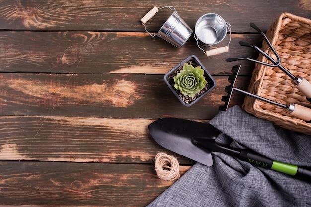 Vue de dessus des outils de jardinage avec espace de copie Photo gratuit