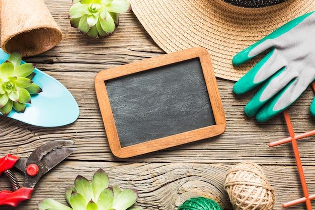 Vue de dessus des outils de jardinage sur le plancher en bois Photo gratuit