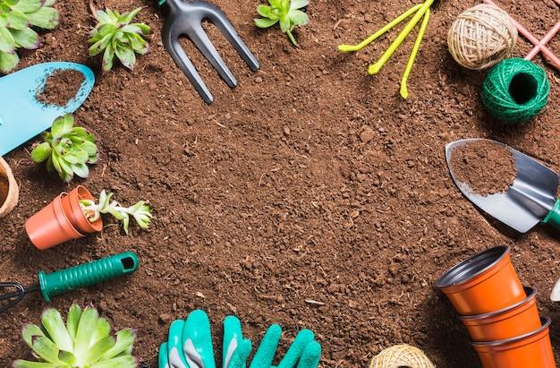 Vue de dessus des outils de jardinage sur le sol Photo gratuit