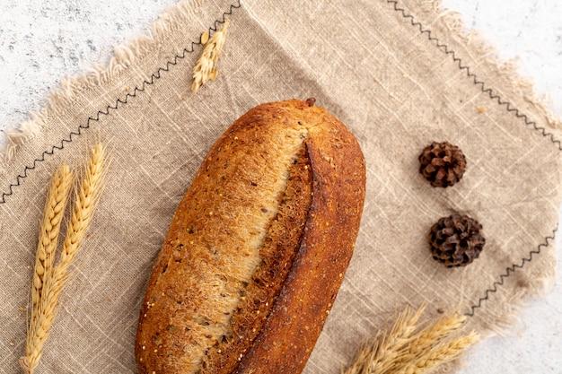 Vue de dessus pain cuit au four sur toile de jute Photo gratuit