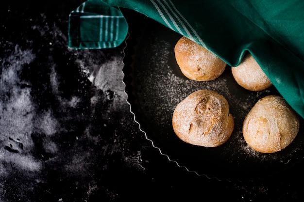 Une vue de dessus de pain rond cuit sur le dessus en marbre Photo gratuit